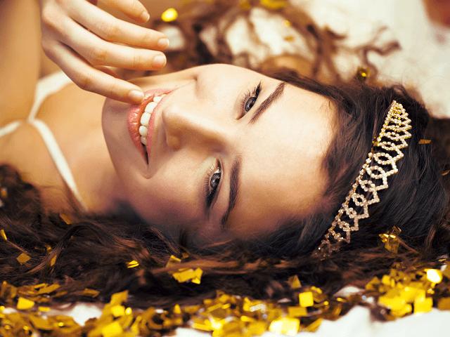 Mladá žena s korunkou vo vlasoch